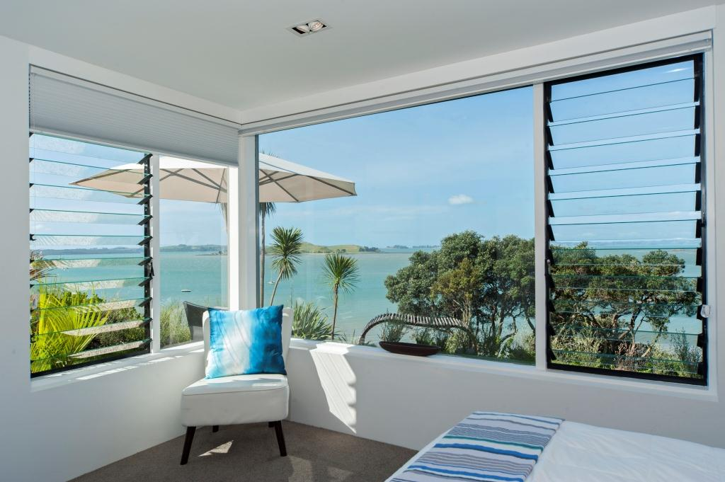 Louvre windows that provide a view allow occupants to relax in a comfortable environment