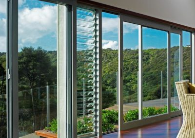 Waiheke_home_with_sliding_doors_bifold_doors_and_Breezway_Louvres