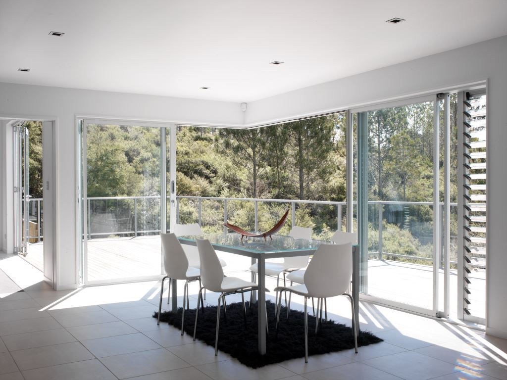 Breezway_louvres_with_glass_blades_next_to_sliding_doors_out_onto_deck